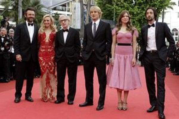 Woody Allen (tretí zľava) na otvorení festivalu.