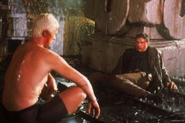 Blade Runner: Replikant Roy Batty a Rick Deckard (Harrison Ford) pri legendárnom monológu o živote a smrti.