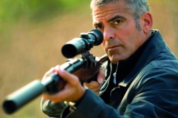 Vo svojom najnovšom filme The American (2010) hrá George Clooney nájomného vraha, prežívajúceho existenciálnu životnú krízu. Clooney je inšpirujúcim príkladom muža, ktorý zvláda stredný vek bez škandálov, plastických operácií aokatého predvádzania sa sm