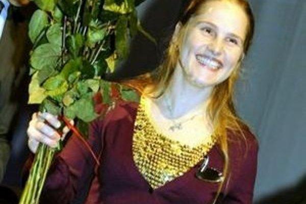 Alexandra Salmela pri preberaní ceny za najlepší debut vo fínskom jazyku.