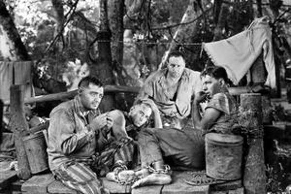 Peter Lorre (vľavo) sa narodil v roku 1904 v Ružomberku ako László Löwenstein.  Zaujal v nemeckom filme M, kde hral sériového vraha malých dievčat, jeho najslávnejším filmom bola Casablanca. Na snímke vo filme Cesta do Marseille z roku 1944.