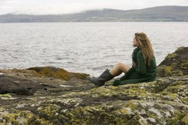 Fantazijný motív filmu Ondine sa pohybuje medzi drsným svetom rybárov a pôsobivou poetickosťou.