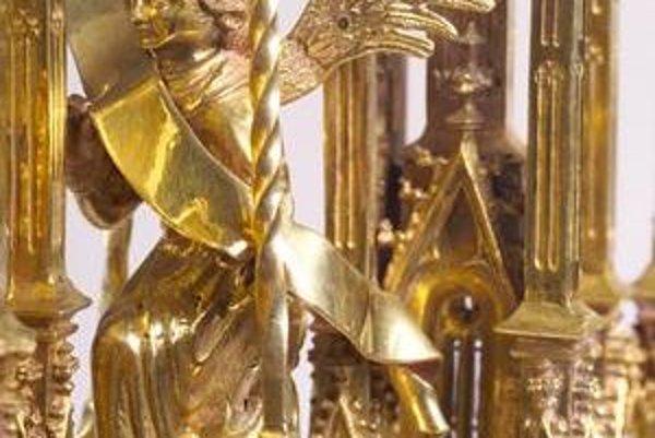 Na snímkach dva z exponátov parížskej výstavy - Archanjel Gabriel. Bratislavská monštrancia - detail, okolo 1450. BA, Dóm sv. Martina a Majster oltára z Okoličného: Kristovo príbuzenstvo. Okolo 1510. Ljubljana, Narodni muzej.