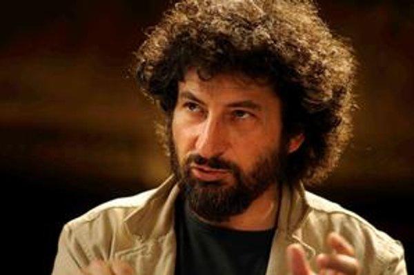 Radu Mihaileanu (52), režisér. Narodil sa v Bukurešti, tridsať rokov žije a tvorí v Paríži. Debutoval filmom Trahir (Zradiť), po ňom nakrútil Vlak života a film Choď, žia niekým sa staň. Tento týždeň do našich kín vstupuje so živou a emocionálnou komédi