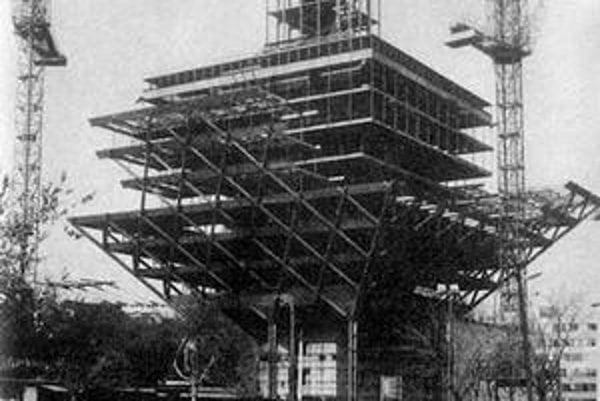 Takto sa stavala budova Slovenského rozhlasu.