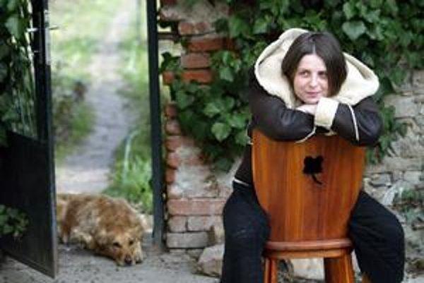 Veronika Šikulová (1967). Za knižný debut Odtiene v roku 1997 získala Cenu Ivana Kraska, ďalej vydala knihy Z obloka, Mesačná dúha, To mlieko má horúčku, je autorkou jednej z poviedok antológie Sex po slovensky a mnohých fejtónov v časopise Miau.
