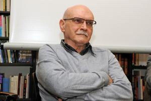 Juraj Mojžiš (1938), autor vyše desiatky kníh, v súčasnosti prednáša na Filmovej a televíznej fakulte VŠMU.