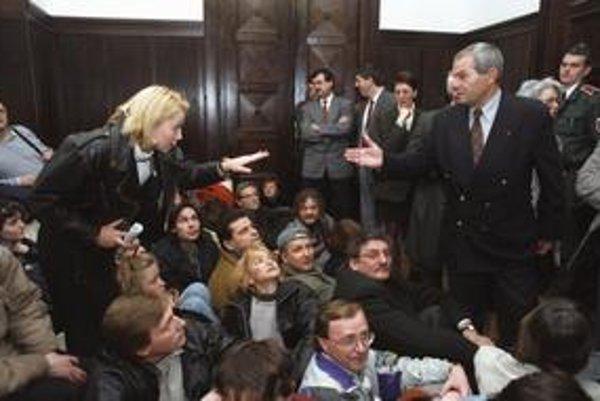 Štrajkujúci herci, ktorí požadovali dialóg s mečiarovským ministrom Hudecom, sa 10. marca 1997 usadili  na zem v budove ministerstva kultúry. Od polície ich  oddeľovali opoziční poslanci, vpravo Milan Kňažko, v pozadí Ľudovít Černák a Béla Bugár.