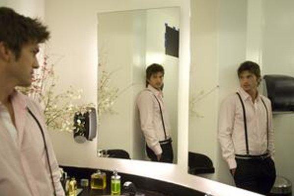 Ashton Kutcher, zlý herec, ale presvedčivý gigolo.