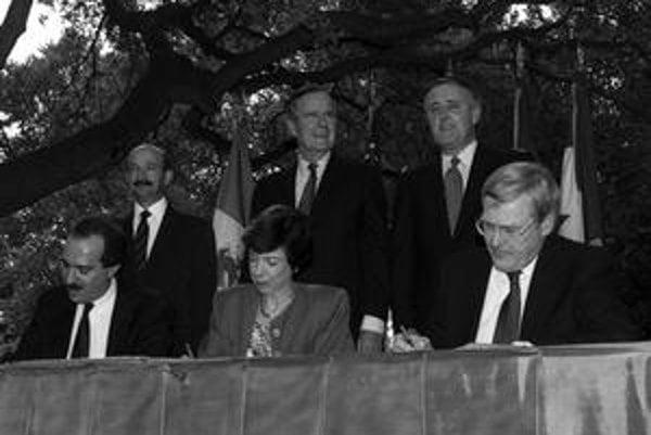 Záber z filmu Richarda Brouilletta V pasci neoliberalizmu, podpis dohody o voľnom obchode (NAFTA).