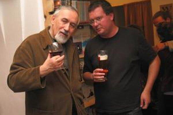 Šéf kníhkupectva Karol Voleman (vpravo) si so spisovateľom Stanislavom Rakúsom stále majú čo povedať.