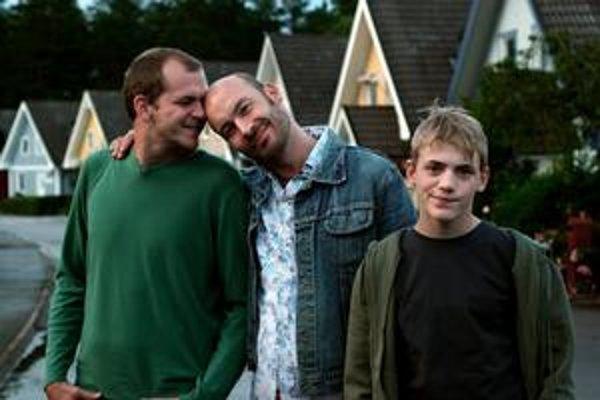 Švédsky film Patrik 1,5 je o manželskom gay páre, ktorý si adoptuje dieťa. Ani okolie, ani dieťa na to nie sú pripravení.