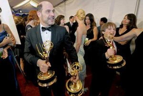 Matthew Weiner (vľavo) z Mad Men, ktorý získal ceny vo viacerých kategóriách.