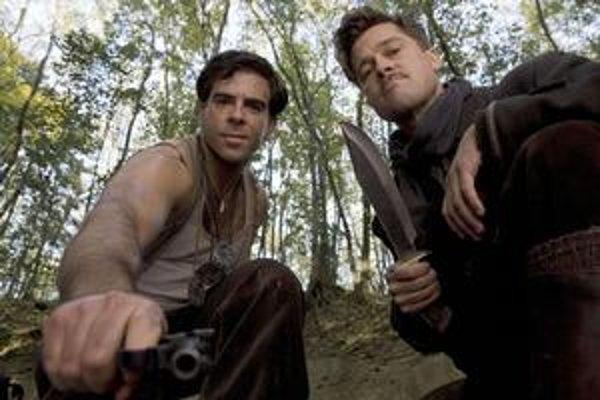 """""""Myslím si, že toto by mohlo byť mojím majstrovským dielom,"""" vraví spokojný Brad Pittv Nehanebných bastardoch, kde hrá vodcu židovského komanda. So svojimi kolegami (jedného z nich hrá Eli Roth, na spoločnej snímke vľavo) vyrezáva nacistom svastiku na č"""
