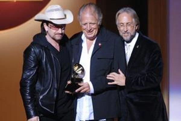 V roku 2006 dostal zakladateľ Islandu Chris Blackwell (v strede) cenu Grammy. Na foto s Bonom a šéfom americkej akadémie Neilom Portnowom.