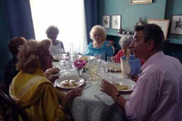 Gianni Di Gregorio a jeho ženy. Sviatočný augustový obed je jeho debutovým filmom, môže s ním súťažiť.