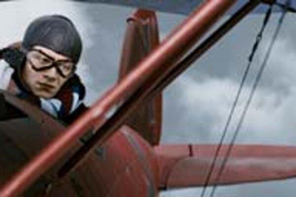 Filmový Manfred von Richthofen vo filmovom Albatrose D.V. Celý červený.