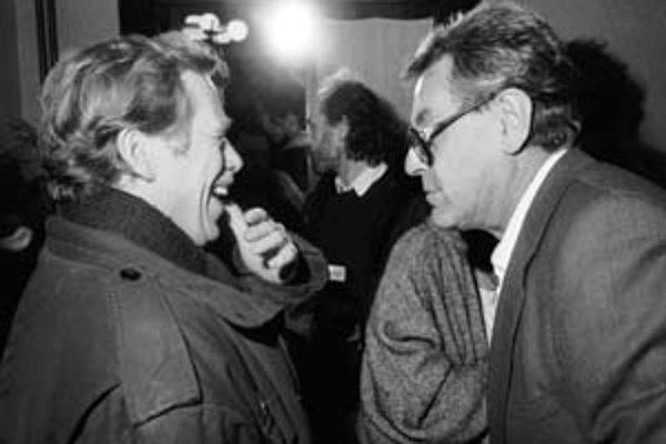 Václav Havel (vľavo) a Miloš Forman napísali spolu príbeh o Mníchovskej dohode. Napísali ho podľa francúzskej knihy Georgesa – Marca Benamoua. To bol kedysi blízky priateľ prezidenta Mitterranda, dnes je zas poradcom prezidenta Sarkozyho.