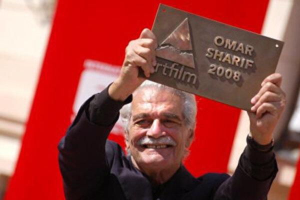 Omar Sharif si nedávno na Artfilme (v Trenčianskych Tepliciach / Trenčíne) prebral ocenenie Hercova misia.