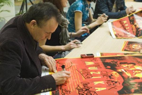 Autogramiáda k premiére filmu Muzika s režisérom Jurajom Nvotom. (16. apríla 2008 v Nitre.)