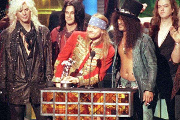 "Guns N' Roses, zľava: Michael ""Duff"" McKagan, Dizzy Reed, Axl Rose, Saul ""Slash"" Hudson a Matt Sorum."