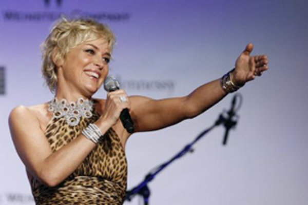 Jedna z najväčších sietí čínskych kín zakáže filmy, v ktorých účinkuje americká herečka Sharon Stoneová (50).