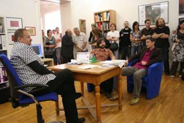 Riaditeľ galérie Vladimír Beskid (vľavo) a Bra3: Richard Fajnor a Marek Kvetán ako súčasť výstavy na vernisáži.