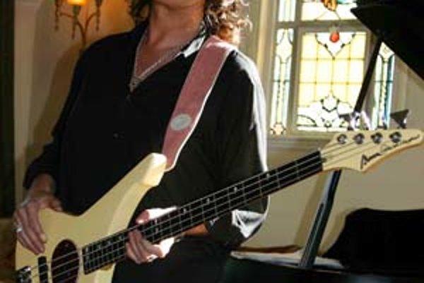 Glenn Hughes sa prvýkrát zviditeľnil v legendárnej skupine Deep Purple. Neskôr sa objavil po boku Tommyho Iommiho z Black Sabbath a Garyho Moora, ale aj ako basgitarista a líder vlastných projektov. Na tom najnovšom, ktorý vyšiel pred niekoľkými dňami, mu