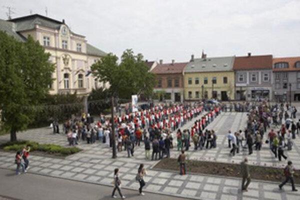 O zápis do Guinnessovej knihy rekordov v počte súčasne tancujúcich štvorylku sa pokúšali mladí ľudia aj v Liptovskom Mikuláši. Na Slovensku sa tancovalo v štyroch mestách a v Európe vo viac ako päťdesiatich štátoch. (Liptovský Mikuláš, 16. máj 2008.)