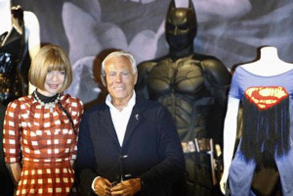 Návrhár Girogio Armani a  Anna Wintour z časopisu Vogue na výstave Superheroes: fashion and fantasy.