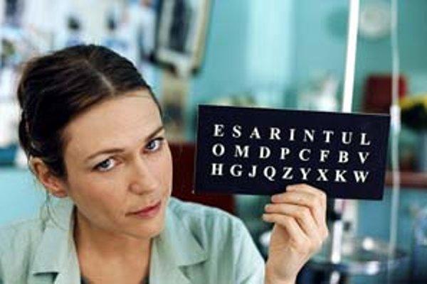 Rečová terapeutka (Marie-Josée Croze) zaznamenáva prvé pacientove slová.