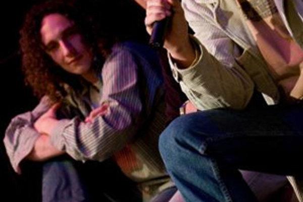 Filipov syn Jaro Filip počas tlačovej besedey v divadle L+S. Predstavili tu nový album, ktorým vzdali poctu Jarovi Filipovi. Album Jarove pesničky prináša fanúšikom už legendárneho muzikanta, rozhlasového moderátora, humoristu a vášnivého nadšenca interne