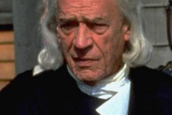 Herec Paul Scofield počas natáčania filmu The Crucible v roku 1995.
