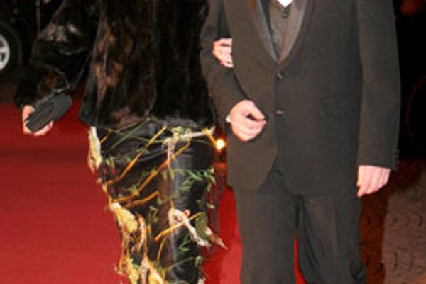 Režisér a cestovateľ Pavol Barabáš s manželkou na 8. plese v opere v Slovenskom národnom divadle v Bratislave (12. január 2008).