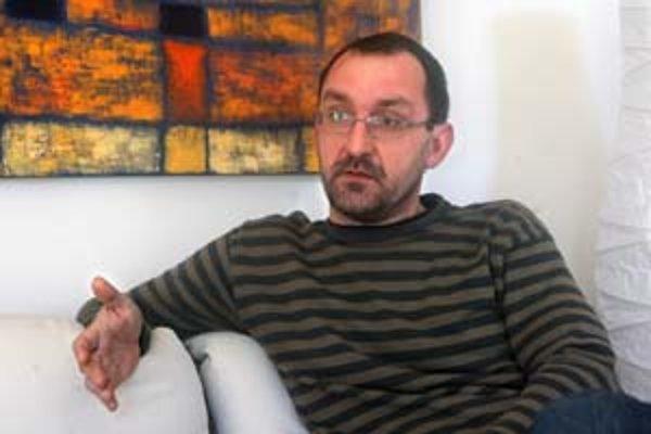 Miloš Prekop (1967) vyštudoval PgF UK v Bratislave, vystavuje doma i v zahraničí. Dnes sa otvára jeho výstava Hommage v galérii BCPB v Bratislave. Žije v Cíferi.