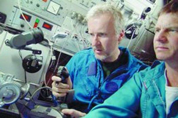 V 3-D robil James Cameron aj film o Titaniku Ghosts of the Abyss. (Na fotografii pri práci s hercom Billom Paxtonom).
