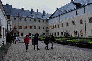 Návštevníci hradu Červený Kameň sa môžu tešiť na komentované prehliadky.