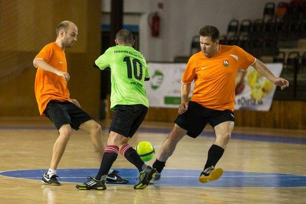 Pezinská futbalová miniliga sa cez víkend zmenila na bojové pole.