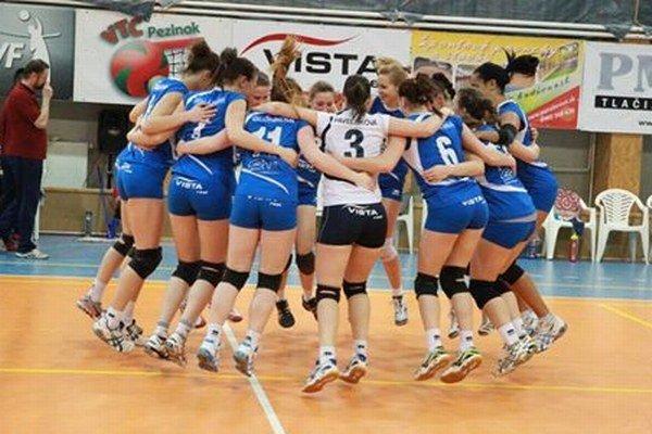 Víťazná radosť volejbalistiek Pezinka po postupe do semifinále.