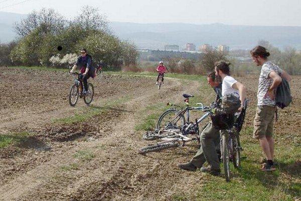 Cyklotrasa medzi mestami je dlhá asi 16 kilometrov.