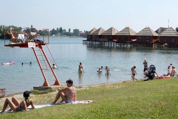 Otváracie  hodiny podnikov na jazerách bude dnes riešiť mestské zastupiteľstvo.