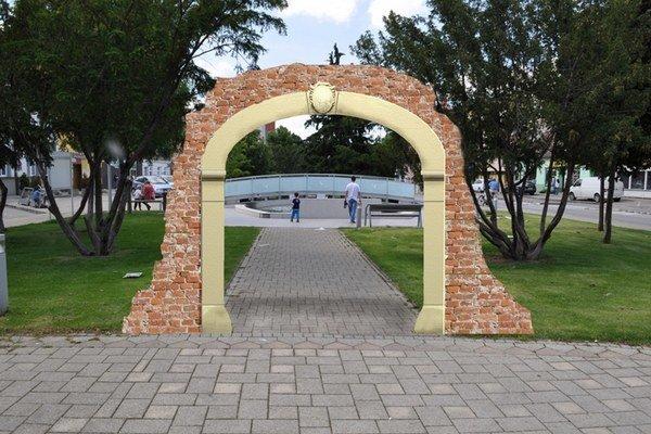 Kamenný portál osadia v parku pred mestským úradom.