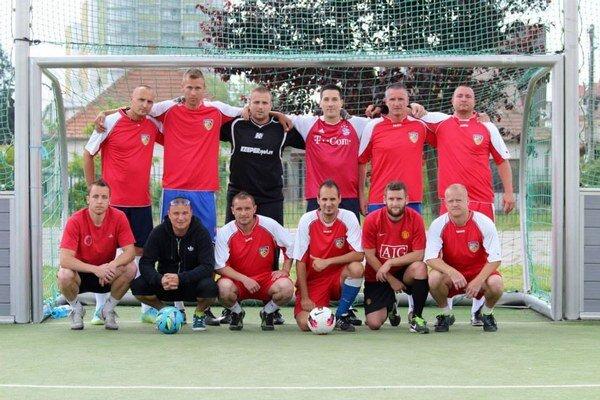 Putovný pohár ostáva mužstvu FC Legendy už natrvalo.