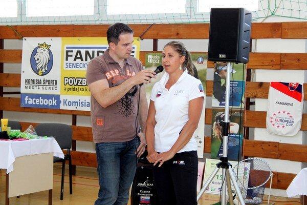 """Zuzana Kamasová s moderátorom Gregorom Marešom na akcii """"Daj like športu v Senci""""."""