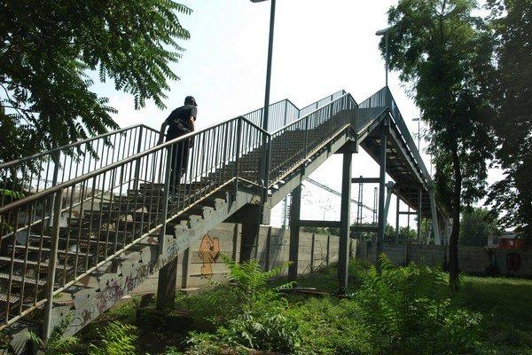 Súčasný železničný nadchod na Prednádraží v parku J. Kráľa.