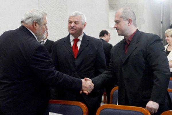 Tibor Mikuš (v strede).
