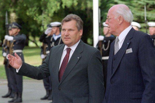 Bývalý poľský prezident Aleksander Kwaśniewski (vľavo).
