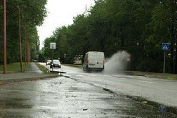 Zastávku MHD práve zasiahol prúd vody.