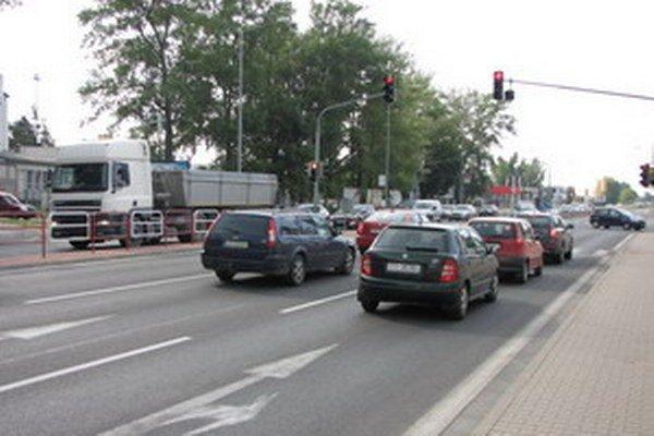 Križovatka na Nitrianskej ceste je dynamicky riadená. Ak nie je podnet z vedľajších ulíc alebo od chodcov, na hlavnom ťahu svieti vždy zelená. Meniť to neplánujú.