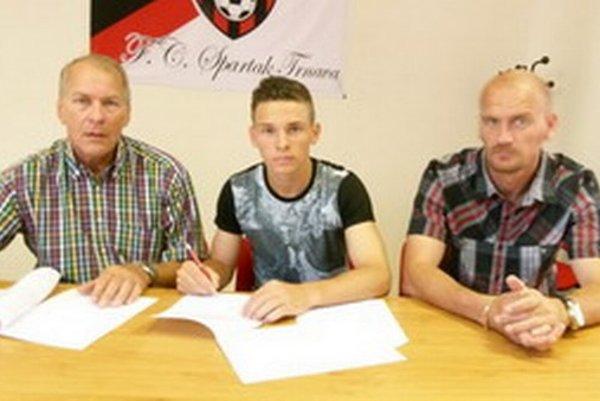 Nikolas Špalek pri podpise zmluvy s generálnym manažérom Spartaka Dušanom Keketim (vľavo) a športovým riaditeľom Spartaka Miroslavom Karhanom.